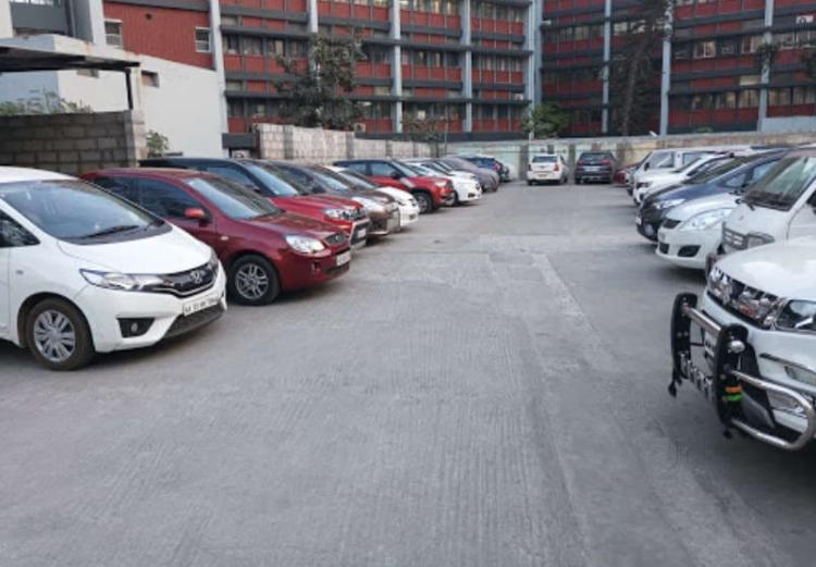Equipamento para abrir portão de estacionamento para os clientes